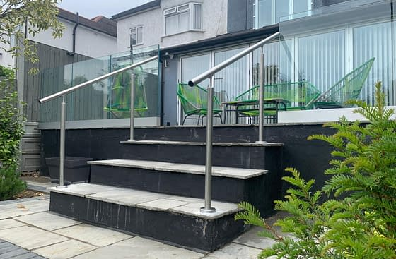 Frameless aluminium channel system with stainless steel handrail on stairs